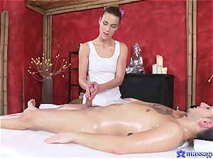 Bootilicious babe kneads client's penis with her puss