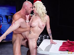 Painted babe Stevie Shae gets a cool massage