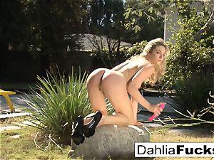 Dahlia's fantastic outdoor solo