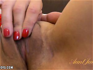 Veronica Green fucktoys her raw gash