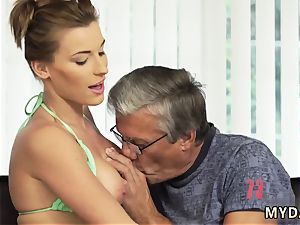 old mom pulverizes associate comrade first-ever time fuckfest with her boypatron´s parent after