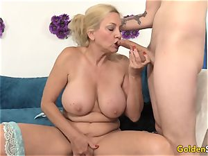 Mature Cala hankers shows off her parts before pulverizing
