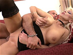 Sara Simon loves deep anal